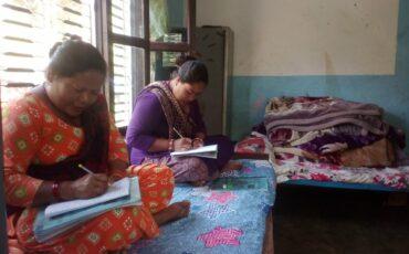 Classes d'alfabetització a les dones de Bhimphedi Balmandir